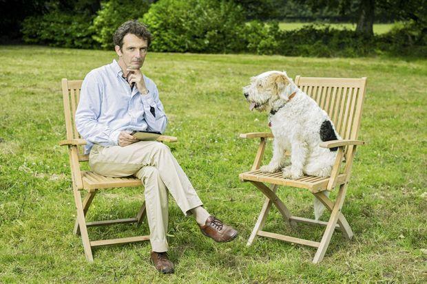 Dans le grand parc du Breuil que la romancière appelait « mon cabinet de verdure », Denis prend la pose « Sagan » aux côtés de son fox-terrier Utah.