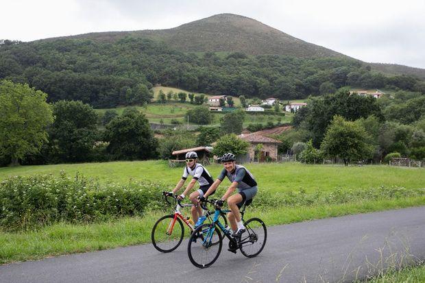 Avec son fils Dimitri, 19 ans, sur une route d'Ascain.