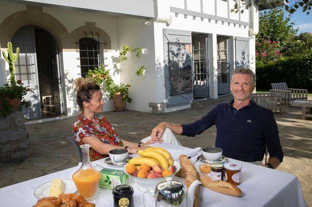 Petit déjeuner chez un ami et voisin. En arrière-plan, une tenture Les Maturins, confectionnée par Hortense.