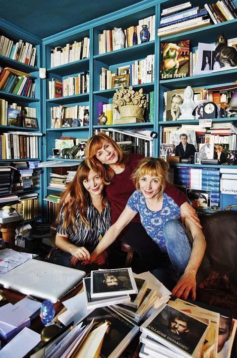 Dans le bureau d'Elisabeth, où fi gurent plusieurs photos de Guillaume. Devant Elise, Elisabeth et Julie, le cof ret CD de Guillaume, « Post Mortem ». Tous les droits iront à Louise dès sa majorité.