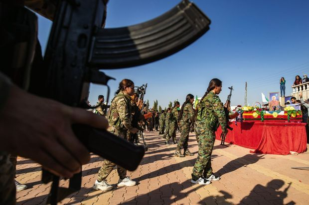 Le 13 octobre, Derik. Prise d'armes du YKJ, section féminine des combattants kurdes, aux funérailles de Hevrin Khalaf et de huit autres civils exécutés par les miliciens pro-turcs.