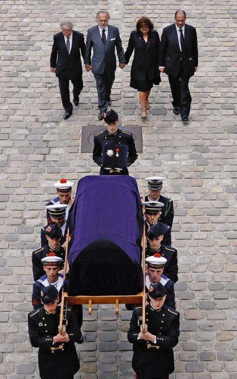 Derrière la dépouille de leur père, Laurent, Olivier, Thierry et leur soeur, Marie-Hélène Habert, dans la cour d'honneur des Invalides.