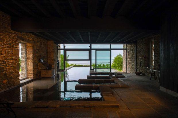 Des bains celtiques à La Ferme, face à l'océan et dans la chaleur de la pierre ancestrale.