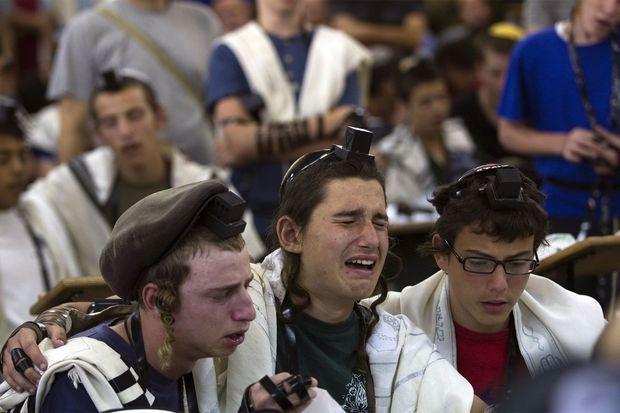 Des camarades des trois Israéliens disparus jeudi dernier en Cisjordanie prient pour eux.
