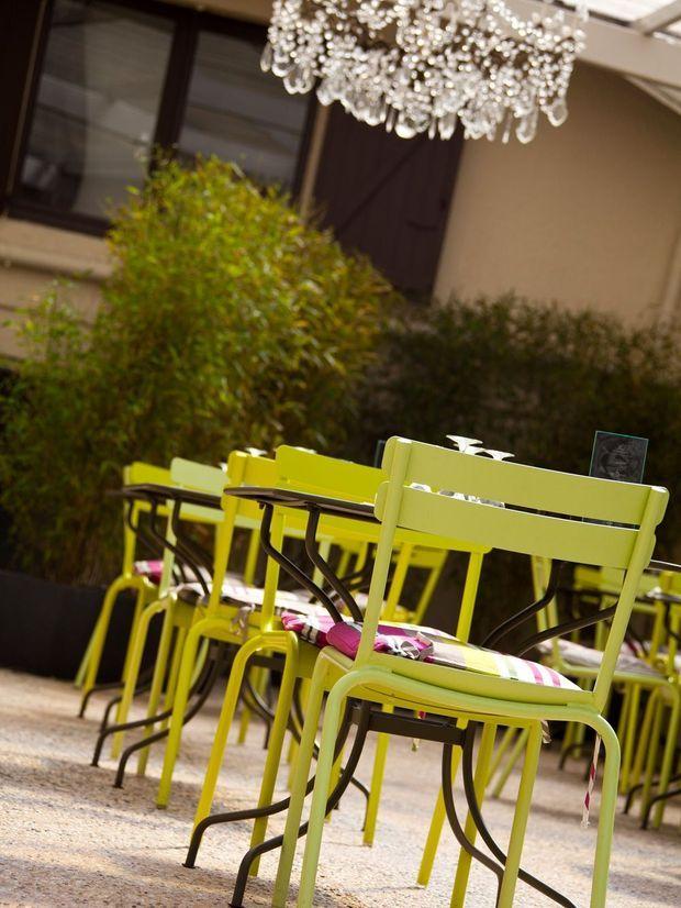 Des chaises, des tables, et la promesse de douces saveurs.