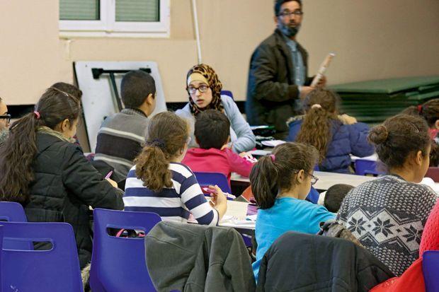 Des cours d'arabe et un enseignement coranique sont dispensés dans une salle municipale. Dans ce genre d'établissement, les femmes profs ont l'obligation de se voiler.