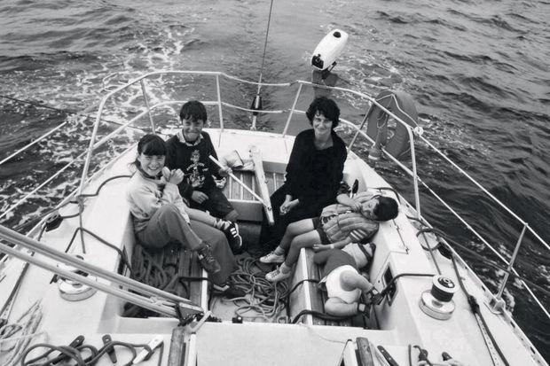 Des débuts difficiles l'été 1981, à droite avec le gilet de sauvetage, le mal de mer le fait somnoler. Son frère aîné, Gaël, est à la barre.