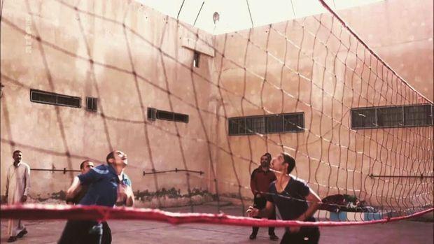 Octobre 2017, des djihadistes jouent au volley dans la prison de haute sécurité de Qamichli.