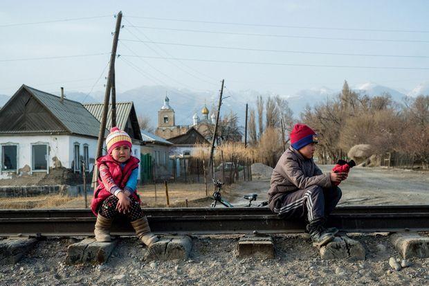 Des enfants jouent sur les voies d'un train qui ne passe presque plus