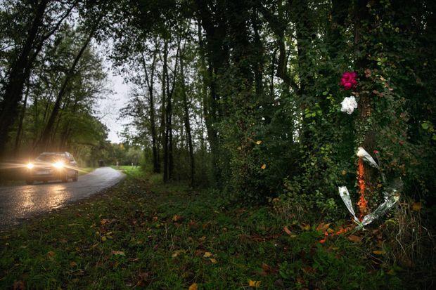 Fleurs au bord de la route de Pannes où le corps de l'infirmière a été retrouvé.