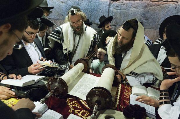 Des juifs orthodoxes plongés dans l'étude de la Torah à Jérusalem.