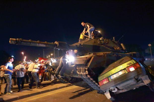 Des manifestants pro-Erdogan à l'assaut d'un char à Istanbul le 16 juillet, durant la tentative de coup d'Etat.