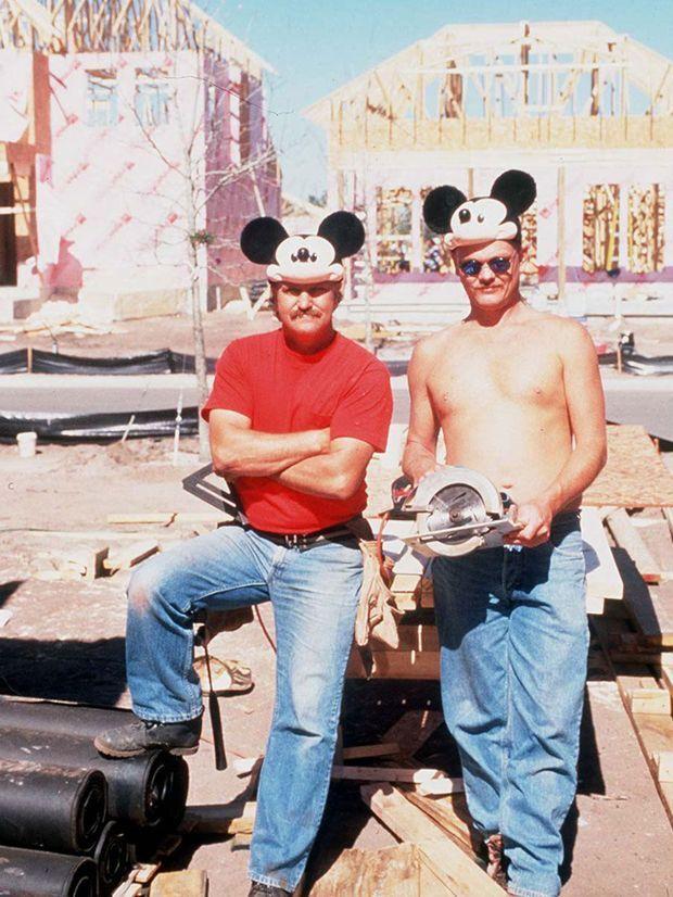 Des ouvriers construisent Celebration, dans les années 1990.