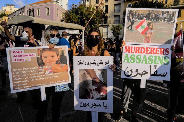 Des pancartes avec le visage de la petite Alexandra lors de manifestations à Beyrouth, ce week-end.