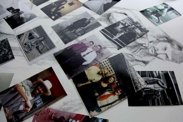Des photos de ceux qui ont été enterrés sur l'île Hart, ainsi que des photos avec de leurs familles, récupérées par Melinda Hunt, qui effectuent depuis des années des recherches sur Hart Island et les défunts qu'elle accueille.