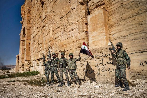 Des soldats loyalistes devant l'enceinte du temple de Bêl