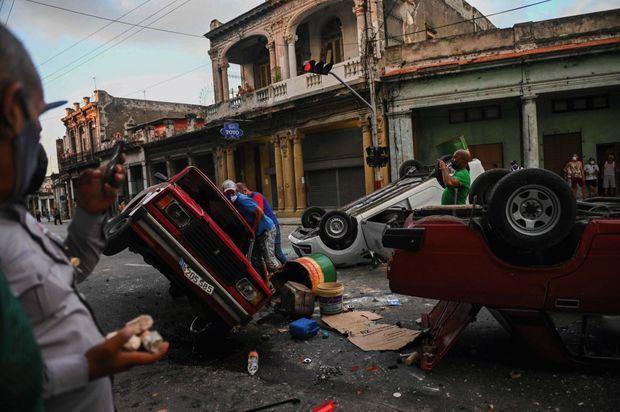 Des voitures de police renversées dans le centre de la capitale, le 11 juillet. Le gouvernement a restreint l'accès aux réseaux sociaux.