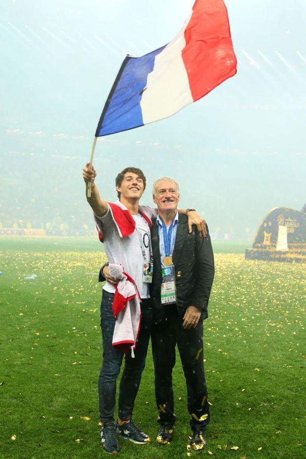 Didier Deschamps avec son fils Dylan sur la pelouse de Moscou, après la finale de la Coupe du monde 2018.
