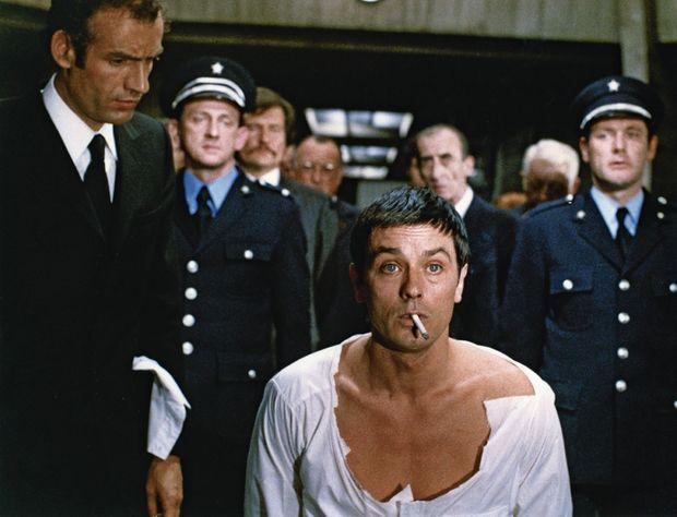 Il est favorable à la peine de mort, mais, à l'écran, l'acteur incarne Gino Strabliggi, un ancien braqueur, dans « Deux hommes dans la ville », de José Giovanni, film réquisitoire contre la peine capitale. Un paradoxe delonien.