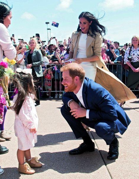 Devant l'Opéra de Sydney. Les habitants se pressent pour féliciter les futurs parents. L'annonce officielle a été faite quelques heures auparavant.