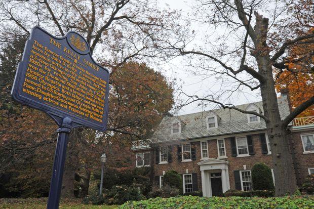Devant la maison de Grace Kelly, un panneau rappelle son Histoire.