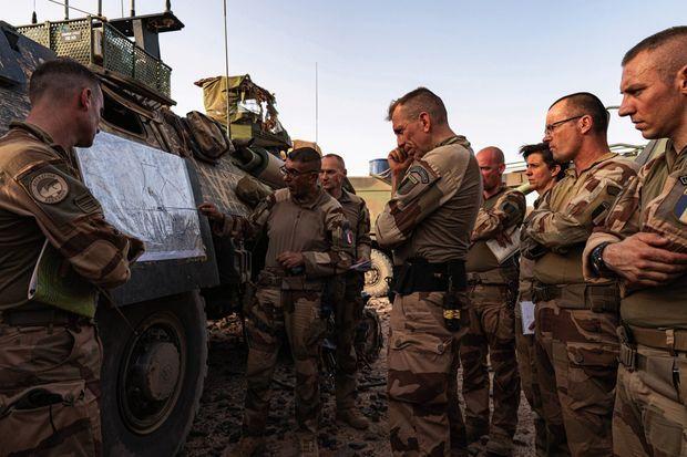 Devant le colonel Meunier, chef de corps (au centre), le capitaine Michel commente les opérations lors du briefing quotidien du 4 mars