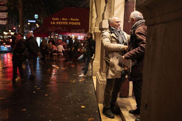 Devant le théâtre. «Il y a souvent des spectateurs qui attendent, qui veulent prolonger la conversation. »
