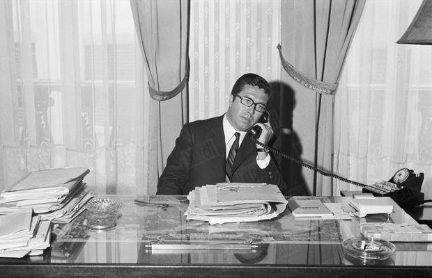 Maître André Soulier, l'avocat de Jean-Marie Deveaux, dans son bureau de Lyon, en 1969.