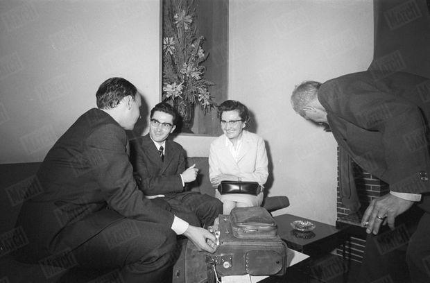 Jean-Marie Deveaux avec sa mère, répondant à la presse au lendemain de son acquittement.