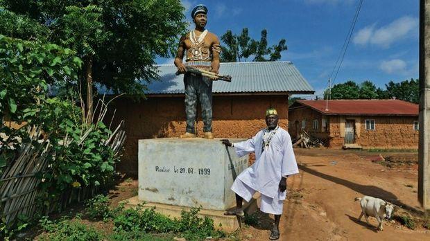 Dévi l'assure, ce sont les villageois qui l'ont voulue, en 1999. Lui-même l'a financée.
