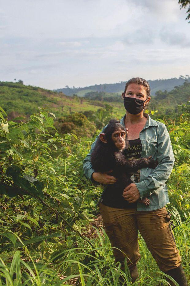 Forêt de Kiobo, République démocratique du Congo. Dans les bras d'Amandine Renaud, un nouveau pensionnaire, Naseka, 18 mois. Le masque permet d'éviter la transmission mutuelle de maladies.