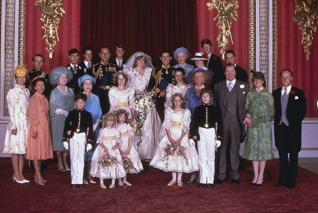 Photo de famille après le mariage du prince Charles et de lady Di. A la droite de celle qui est devenue S.A.R. la princesse de Galles, les membres de la royauté britannique: le prince Philip époux de la reine Elizabeth II (en bleu), Andrew d'York et Edward de Wessex, les frères de Charles, la reine-mère, Elizabeth Bowes-Lyon alias Queen Mum, les princesses royales Margaret, sœur de la reine, et Anne, sœur de Charles, accompagnée de son époux Mark Phillips. A la gauche du prince de Galles, la famille de la mariée: notamment lady Fermoy, sa grand-mère, Frances Shand-Kydd, sa mère juste devant lady Jane Fellowes et Charles Spencer, sœur et frère de Diana ainsi que lord Edward Spencer, son père au bras de sa fille aînée, lady Sarah McCorquodale (en vert).