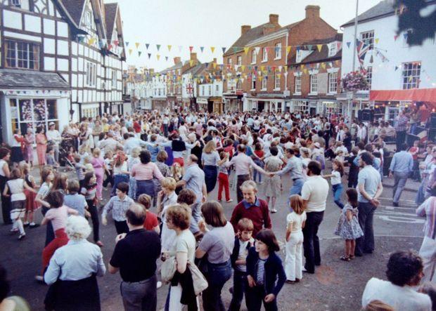 """""""Street Party"""" à Alcester, dans le Warwickshire, pour le mariage du prince Charles et Lady Diana Spencer, le 29 juillet 1981."""
