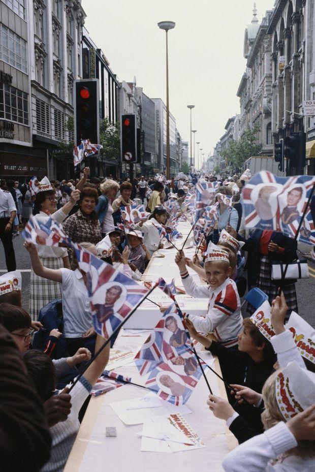 """""""Street Party"""" à Oxford Street, à Londres, pour le mariage du prince Charles et Lady Diana Spencer, le 29 juillet 1981."""