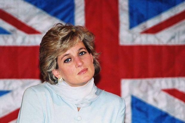 « Sur fond d'Union Jack, à Lahore, la princesse de Galles porte encore le shalwar kameez des Pakistanals, mais son esprit est déjà de retour à Londres, où elle s'apprête à engager l'épreuve de force. » - Paris Match n°2442, 14 mars 1996