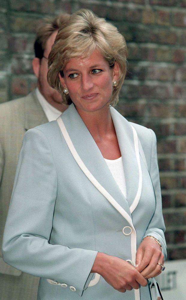 Mercredi 28 août à Londres. Le divorce de Diana et Charles, négocié en juillet, a pris effet le matin même. « Lady Di » se rend au Ballet National Anglais à Londres, sa première sortie de femme divorcée. Diana porte toujours son alliance.