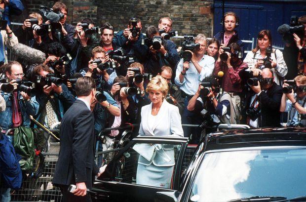 Mercredi 28 août à Londres. Le divorce de Diana et Charles, négocié en juillet, a pris effet le matin même. « Lady Di » se rend au Ballet National Anglais à Londres, sa première sortie de femme divorcée.