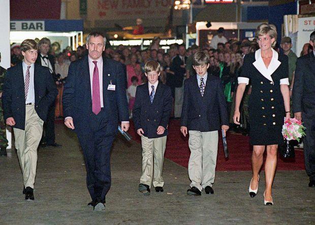 « Le 11 juillet, Diana oublie ses soucis pour accompagner William et Harry à une manifestation sportive. Vêtue avec l'élégante simplicité qui lui sied si bien, elle est spontanément applaudie par la foule. » - Paris Match n°2461, 25 juillet 1996