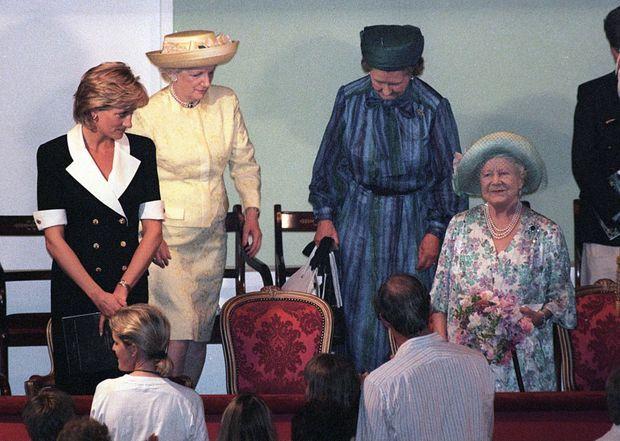 « En arrivant dans la loge royale, elle a un regard chargé d'affection pour la reine mère, dont le sourire est également significatif. Le temps n'est pas si éloigné où Diana était la petite protégée de la doyenne de la cour. » - Paris Match n°2461, 25 juillet 1996