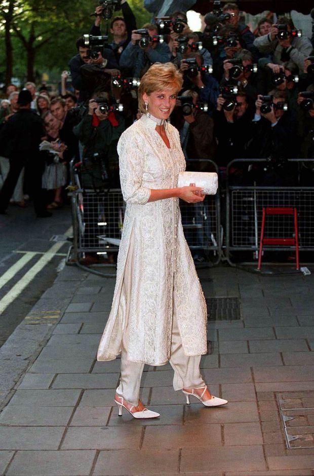 « Le soir du 4 juillet, rayonnante, Diana se rend à un dîner de charité au Dorchester Hotel de Park Lane. Elle vient à peine d'apprendre quels arrangements financiers Charles propose pour leur divorce. On prétendra, à tort, que Charles a joyeusement fêté son divorce en compagnie d'amis. En réalité, il est allé célébrer le cinquantième anniversaire du richissime sultan de Brunei, à qui il a offert une épée. » - Paris Match n°2461, 25 juillet 1996