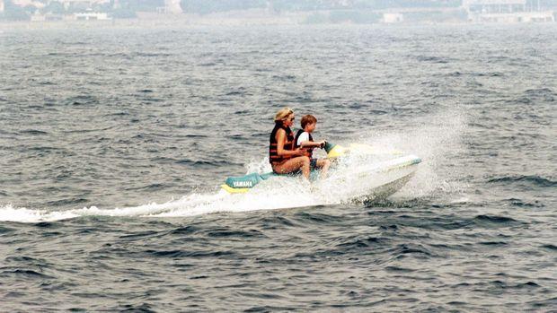 Diana en jet-ski avec Harry, lors de vacances dans le sud de la France en juillet 1996, au lendemain de l'accord de la princesse avec Charles sur leur divorce.