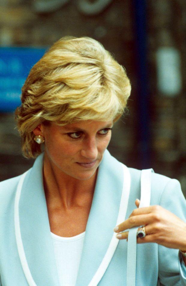 Mercredi 28 août à Londres. Le divorce de Diana et Charles, négocié en juillet, a pris effet le matin même. « Lady Di » se rend au Ballet National Anglais à Londres, sa première sortie de femme divorcée. Elle porte toujours son alliance.