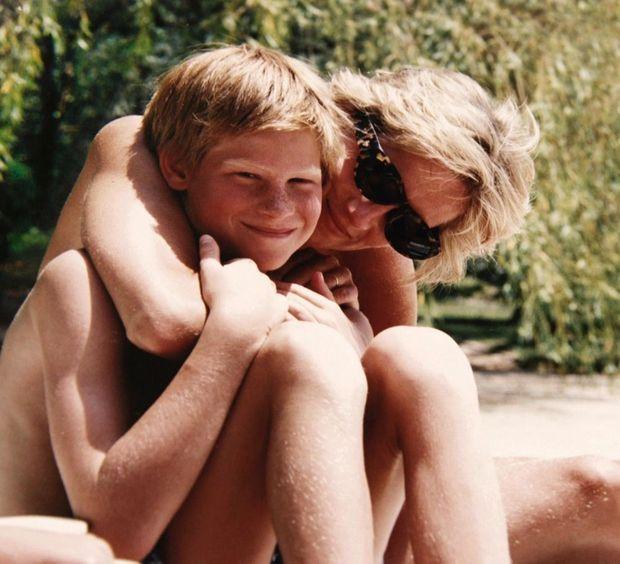 Diana et Harry, au début des années 1990. Avec quelques câlins, elle avait réussi à balayer des siècles de tradition.