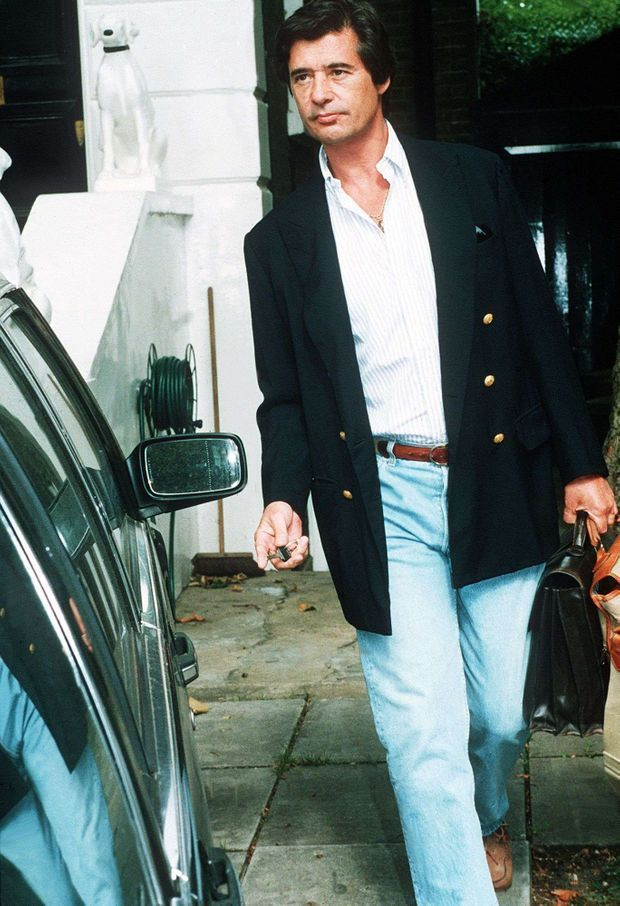Oliver Hoare, attendu par les photographes devant chez lui, au coeur du scandale, fin août 1994.