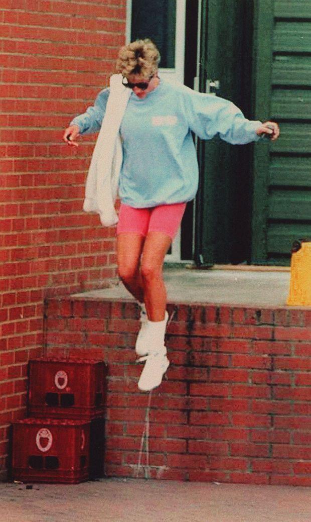 «Le 23 août, elle préfère passer par la sortie de secours pour échapper aux journalistes.» - Paris Match n°2363, 8 septembre 1994