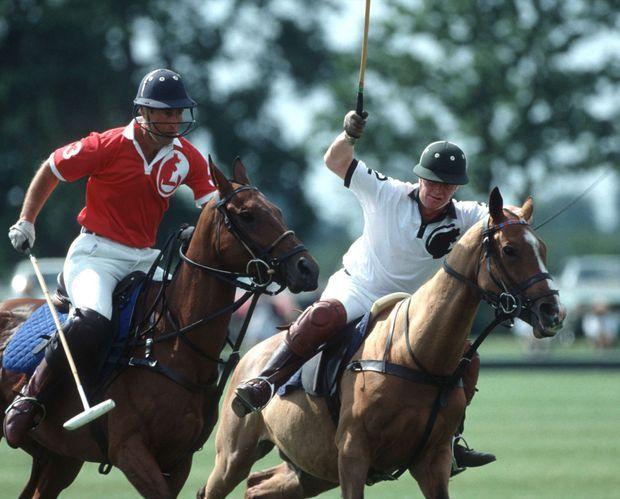 James Hewitt face au prince Charles lors d'un match de Polo au Royal Berkshire Polo Club, en 1991.