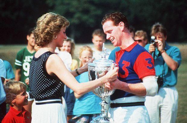 En 1989, Diana remet à James Hewitt une coupe de polo.