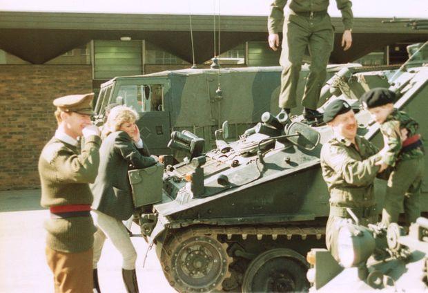 La princesse Diana et James Hewitt regardent le prince Harry jouant lors d'une visite de la base militaire de Knightsbridge, en 1988.