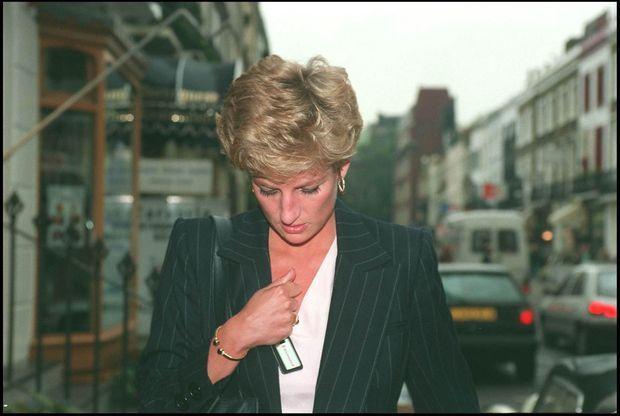 Diana poursuivie par la presse britannique dans les rues de Londres, après la sortie du livre de son ancien amant James Hewitt en octobre 1994.