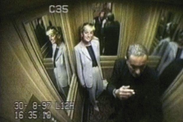 Le 30 août 1997, 16 h 35. Caméra de sécurité du Ritz : Dodi et Diana dans l'ascenseur qui mène à la suite Impériale.